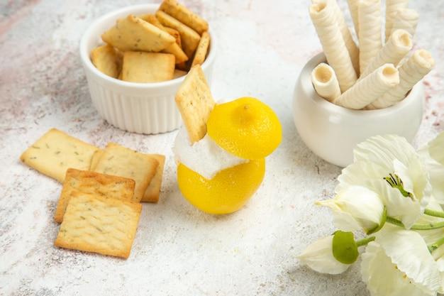 Widok z przodu koktajl cytrynowy z krakersami na białym stole sok cytrusowy koktajl