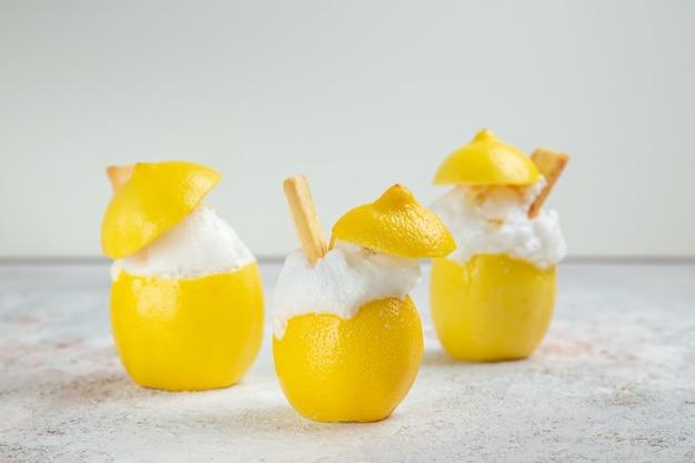 Widok z przodu koktajle cytrynowe z lodem na białym stole koktajl z sokiem cytrusowym