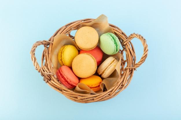 Widok z przodu kolorowe francuskie makaroniki wewnątrz koszyka piec
