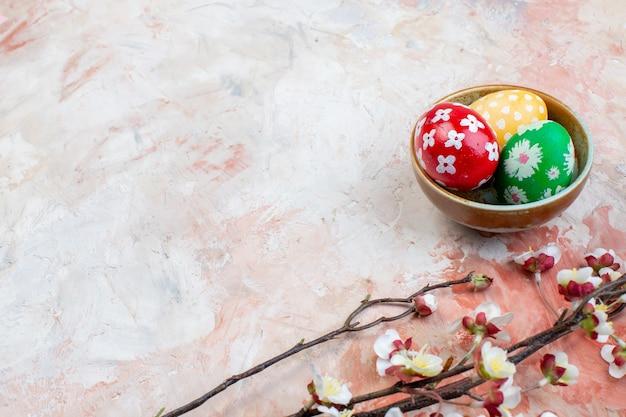 Widok z przodu kolorowe pisanki wewnątrz talerza na jasnym tle poziome wakacje kolorowa koncepcja ozdobna wiosna wielkanoc