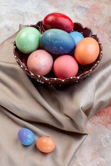Widok z przodu kolorowe pisanki wewnątrz talerza na jasnym tle świąteczna ozdobna wiosenna koncepcja wielkanocna kolorowa