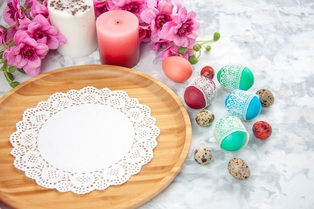 Widok z przodu kolorowe pisanki z kwiatami na białym tle koncepcja koloru kolorowy wiosenny novruz ozdobny