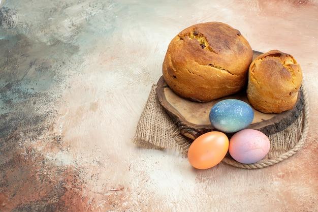 Widok Z Przodu Kolorowe Pisanki Z Pieczeniem Wielkanocnym Na Jasnej Powierzchni święta Wielkanocne Ozdobne Etniczne Kolorowe Kolory Grupy Premium Zdjęcia
