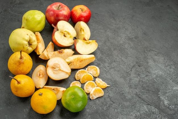 Widok z przodu kompozycja owoców świeże na ciemnym stole łagodne świeże dojrzałe wiele kolorów