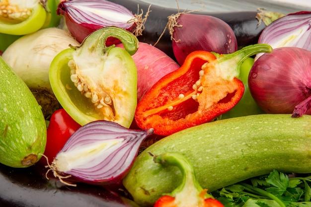 Widok z przodu kompozycja świeżych warzyw z przyprawami na białej sałatce zdrowe życie posiłek dojrzałe warzywa kolor zdjęcia