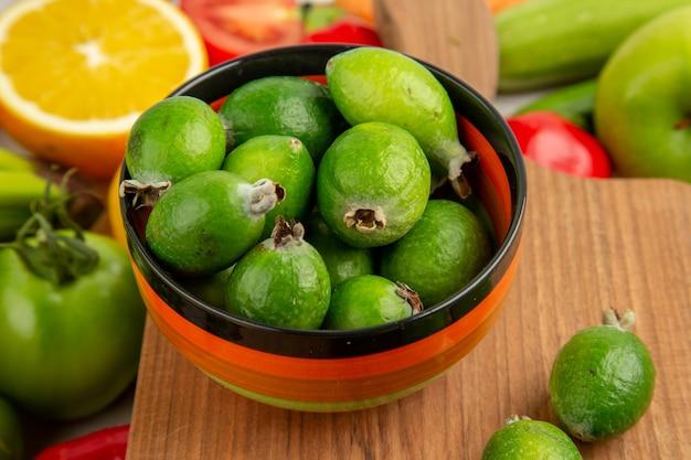 Widok z przodu kompozycja warzywna z owocami na białym tle kolor dojrzałe zdrowe życie sałatka zdjęcie dieta