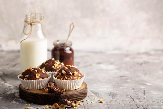 Widok z przodu kompozycji słodkiej piekarni z miejscem na kopię