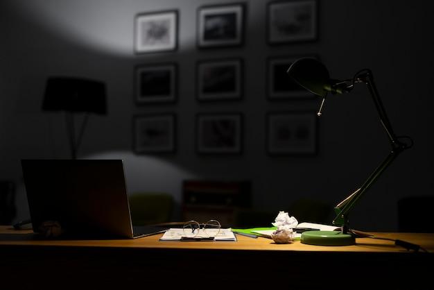 Widok z przodu koncepcji biurko w nocy