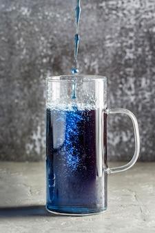 Widok z przodu koncepcji niebieskiej herbaty