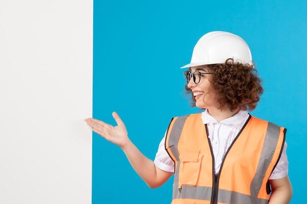 Widok z przodu konstruktora w mundurze na niebiesko