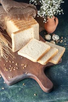 Widok z przodu krojony chleb na ciemnoniebieskim tle ciasto bułkowe piekarnia herbata rano bochenek ciasto jedzenie śniadanie