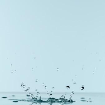 Widok z przodu kropli wody z miejsca na kopię