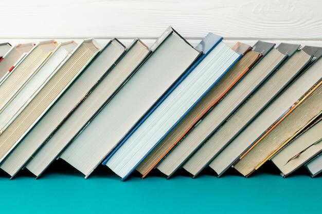Widok z przodu książek na niebieskim stole
