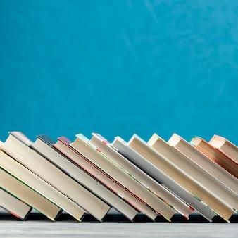Widok z przodu książek na niebieskim tle