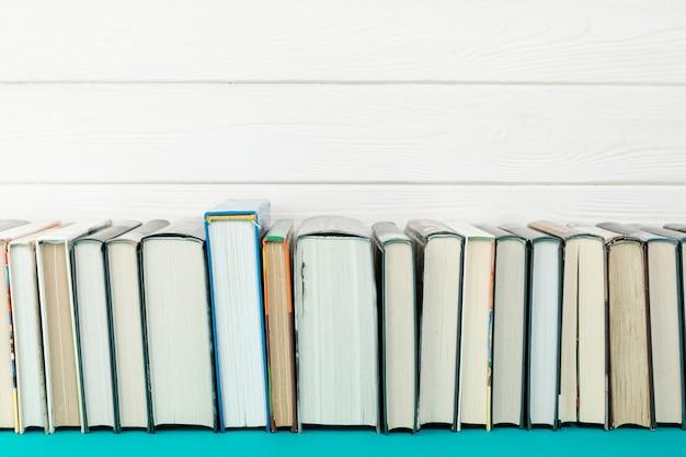 Widok z przodu książek z białym tłem