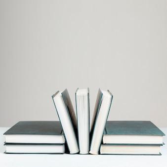 Widok z przodu książek z szarym tłem