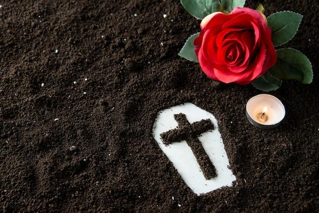 Widok z przodu kształtu trumny z pogrzebem ponurego żniwiarza z czerwonym kwiatem