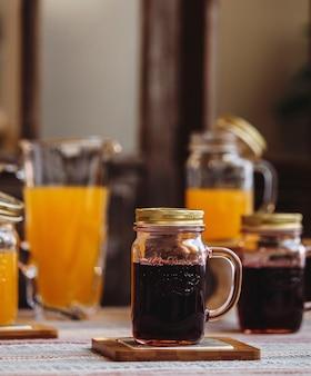 Widok z przodu kubek napoju bezalkoholowego na stojaku