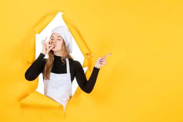 Widok z przodu kucharz na żółtej kuchni zdjęcie kuchnia praca kolor papier słońce