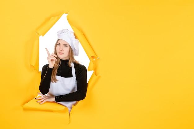 Widok z przodu kucharz na żółtym jedzeniu emocje kuchnia papier fotograficzny kolor pracy kuchennej
