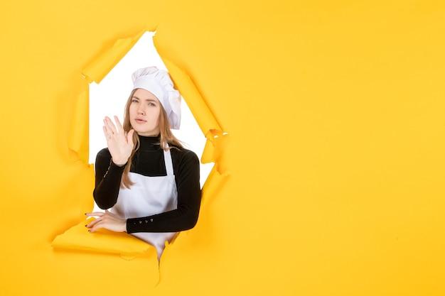 Widok z przodu kucharz na żółtym jedzeniu słońce emocje kuchnia papier fotograficzny kolor pracy kuchennej