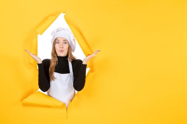 Widok z przodu kucharz na żółtym jedzeniu słońce emocje kuchnia papier fotograficzny kuchnia kolory pracy