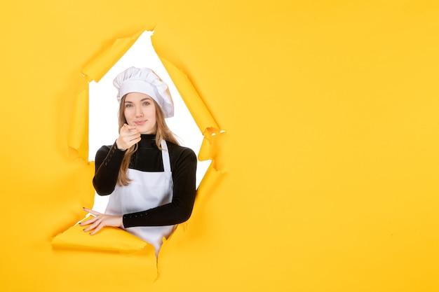 Widok z przodu kucharz na żółtym jedzeniu słońce emocje kuchnia zdjęcie kuchnia praca kolor papieru