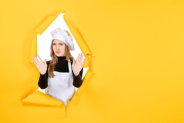 Widok z przodu kucharz na żółtym słońcu emocja kuchnia papier fotograficzny kolor pracy kuchennej