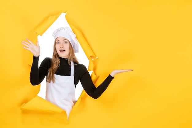 Widok z przodu kucharz na żółtym słońcu kuchnia zdjęcie kolory pracy papierowa kuchnia jedzenie