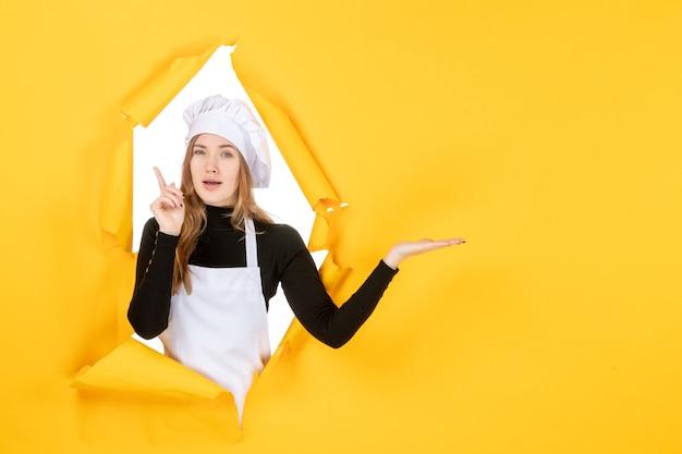 Widok z przodu kucharz na żółtym zdjęciu słońce kuchnia praca kolor kuchnia papier spożywczy