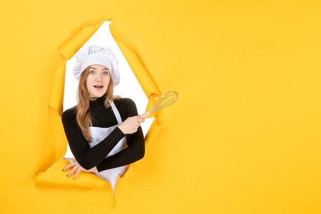 Widok z przodu kucharz w białej czapce kucharskiej na żółtej pracy jedzenie kolor kuchnia kuchnia zdjęcie słońce
