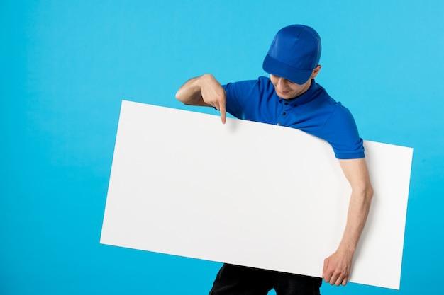 Widok z przodu kuriera w mundurze z białym biurkiem w kolorze niebieskim