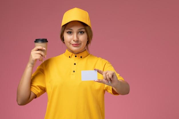 Widok z przodu kurierka w żółtym mundurze żółtej pelerynie trzymającej białą kartę i kawę na różowym tle jednolita praca dostawy