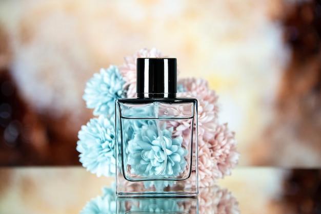 Widok z przodu kwiatów butelek perfum na brązowym beżowym rozmytym tle
