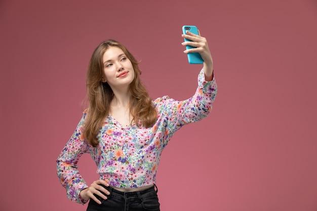 Widok z przodu ładna kobieta przy selfie
