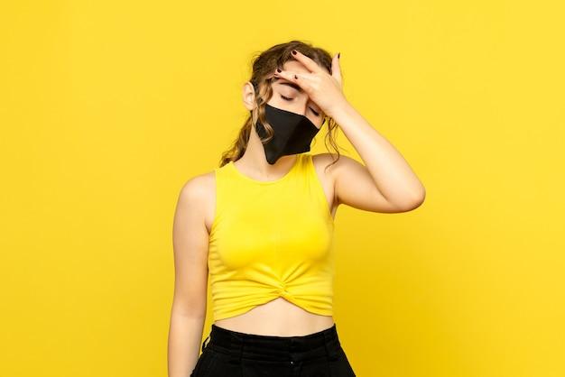 Widok z przodu ładnej kobiety o bólu głowy na żółto