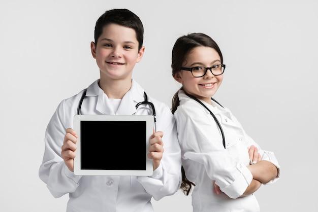 Widok z przodu ładny młody chłopak i dziewczyna udając lekarzy