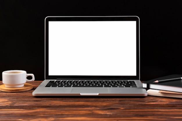 Widok z przodu laptopa na drewnianym stole