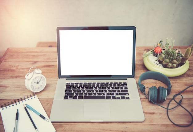 Widok z przodu laptopa znajduje się na stole roboczym na zewnątrz.