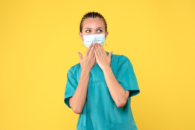 Widok z przodu lekarka w koszuli i masce medycznej, wirus pandemii pielęgniarki w szpitalu zdrowia covid-