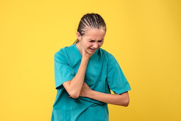 Widok z przodu lekarka w koszuli medycznej, mająca problemy z oddychaniem, wirusowe emocje zdrowotne, szpital pielęgniarki w kolorze