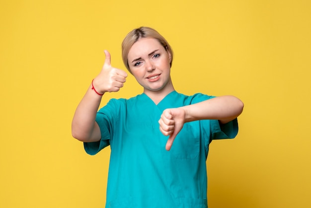 Widok z przodu lekarka w koszuli medycznej, pielęgniarka pandemiczna emocji covid-19