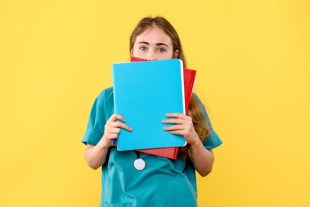 Widok z przodu lekarki z notatkami medycznymi