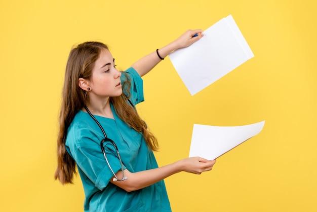 Widok z przodu lekarki z papierami