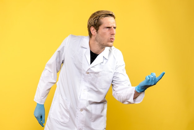 Widok z przodu lekarz mężczyzna zdezorientowany na żółtym tle covid-hospital medic human