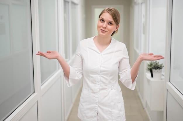 Widok z przodu lekarz pozowanie w pomieszczeniu