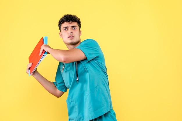 Widok z przodu lekarza lekarza z czerwonymi i niebieskimi teczkami z dokumentami