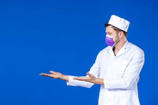 Widok z przodu lekarza w garniturze i fioletowej masce na niebiesko