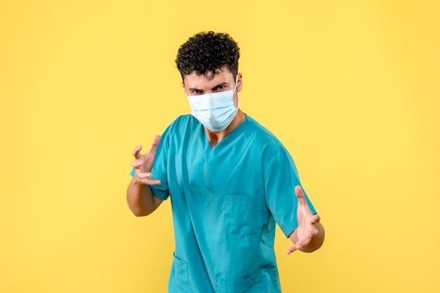 Widok z przodu lekarza zły lekarz w masce mówi o swoich pacjentach