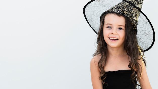 Widok z przodu mała dziewczynka w stroju czarownicy z miejsca na kopię